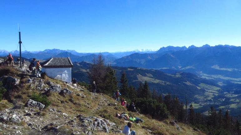 Der Blick vom Spitzstein-Gipfel zum Kaisergebirge