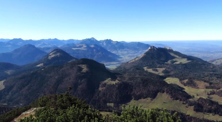 Der Blick nach Westen, Richtung Mangfallgebirge: Wendelstein, Inntal und Kranzhorn