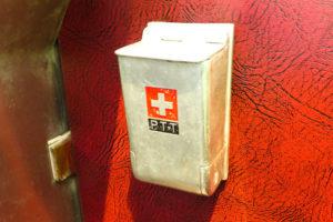 Detail im Bus: Aschenbecher mit Schweizerkreuz