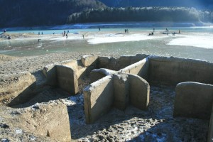 Gut erhaltene Grundmauern eines Hauses in Alt-Fall