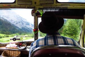 Reisen mit Stil. Und Hut. Im alten Bus durch das Falzthurntal