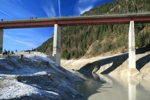 Am Durchfluss der Isar an der Brücke kann man gut sehen, wie hoch der Pegel normalerweise liegt
