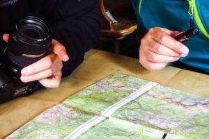 Unser Tisch auf der Lamsenjochhütte: Karte und Kameras.