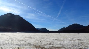Mit seiner Rauhreifschicht sieht der westliche Sylvensteinsee wie ein Salzsee aus