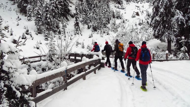 An der Brücke: Hier ziehen auch wir unsere Schneeschuhe an