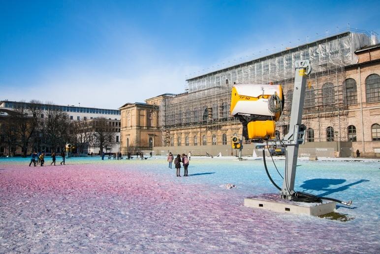 Das Kunstprojekt Clouds von Philipp Messner auf der Wiese vor der Alten Pinakothek in München