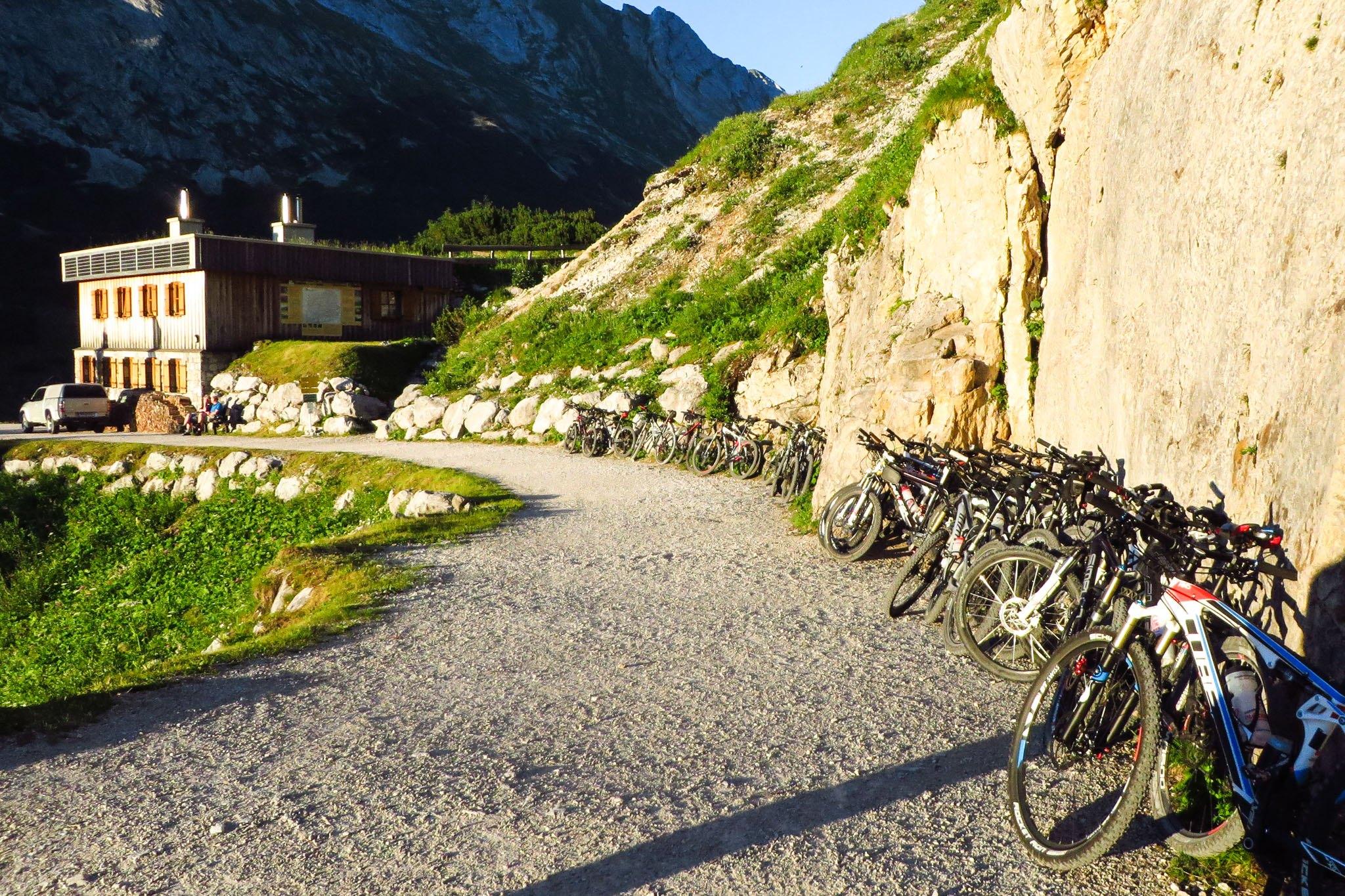 Der Radlparkplatz vor dem Karwendelhaus