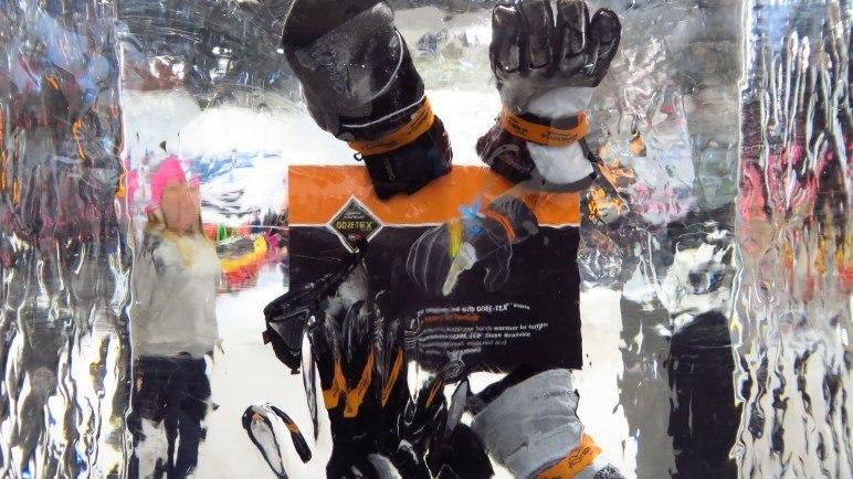 Ein beliebtes Motiv auf jeder ISPO: Dinge im Eisblock. Diesmal sind es Gore-Tex Handschuhe