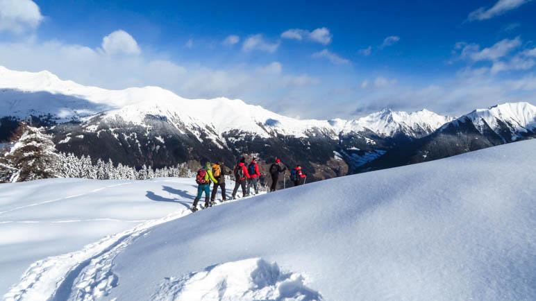 Unsere Schneeschuh-Wandergruppe im Abstieg vom Hahnl