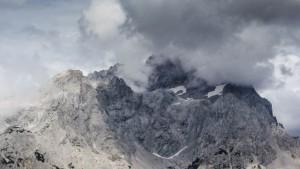 Wolken und bleiche, felsige Bergspitzen am Gosaukamm