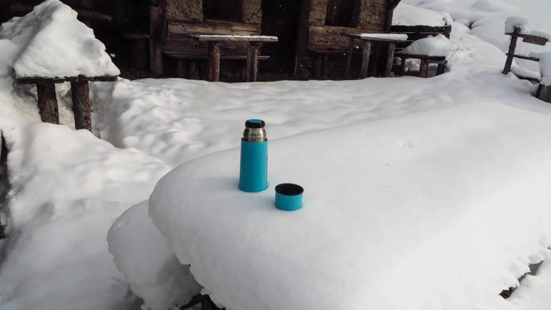 Warme Getränke im Schnee an der Seeberg-Alm