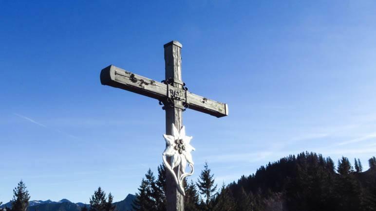 Das schöne Gipfelkreuz des Heubergs mit dem Edelweiss