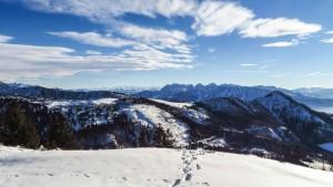 Winterlicher Ausblick von der Hochries im Chiemgau auf das Kaisergebirge