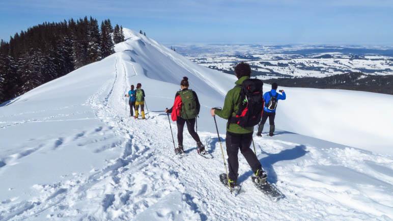 Über den Gipfelgrat zum Gipfel. Zu Beginn ist der Grat noch sehr breit