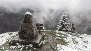 Auf der Wacht. Von hier aus blickt man auf das Ursprungtal, das Bayrischzell mit Kufstein verbindet. Der Stein erinnert an die kriegerischen Auseinandersetzungen zwischen Bayern und Tirol in den Jahren 1805 und 1809. Bayerische Voralpen