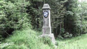 Der historische Grenzstein am Achenpass, von Bayern aus gesehen. Die heutige Grenze liegt etwa 300 Meter weiter südlich an der Brücke. Mangfallgebirge