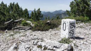 Grenzsteing auf dem Gratweg des Dürrnbachhorns. Chiemgauer Alpen
