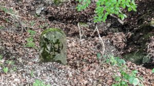 Bayerischer Grenzstein aus der Zeit des Königs Max I. Joseph im Freilichtmuseum Glentleiten. Die Inschrift KRD steht für Königliche Remonte Domäne