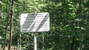 Detaillierte Informationen an der Grenzübertrittsstelle Valepp. Dieser Pafd im Wald ist nur von 6-21 Uhr geöffnet