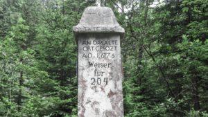Die Inschrift auf der Säule: An das alte Ort gesötzt AO 1676 Weiser für 204. Mangfallgebirge