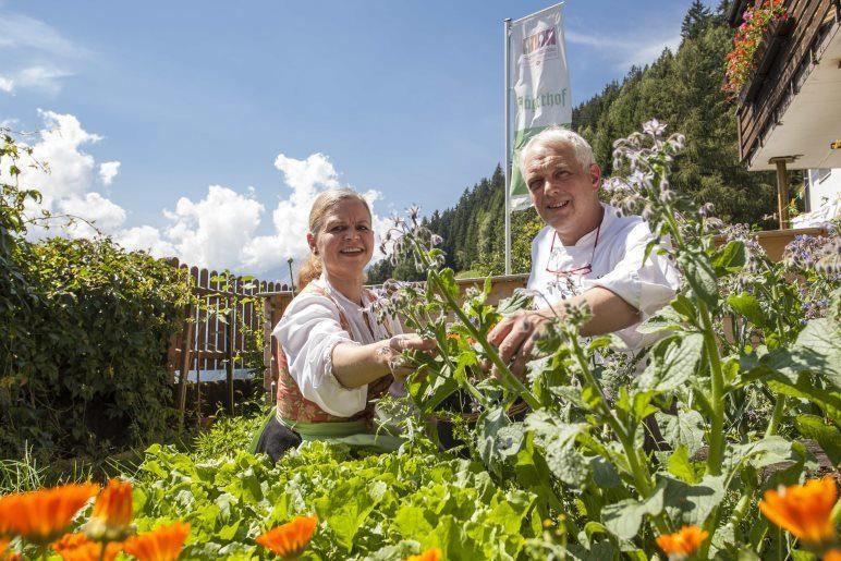 Irmgard und Siegi Augscheller im Kräutergarten des Hotels - Foto: Thomas Rathay