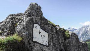 Eine weitere Grenzmarkierung auf dem Weg zum Hohen Brett. Schon fast künstlerisch auf den Fels gemalt. Berchtesgadener Alpen