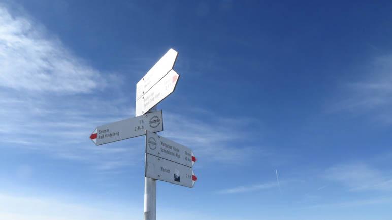 Ich hatte kein Gipfelkreuz gesehen, nur ein Wegweiser steht auf dem Kessel