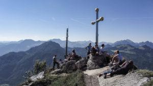 Am Kranzhorn verläuft die Grenze direkt über den Gipfelfels. Ein Gipfelkreuz steht in Bayern, das andere in Tirol. Inntaler Berge