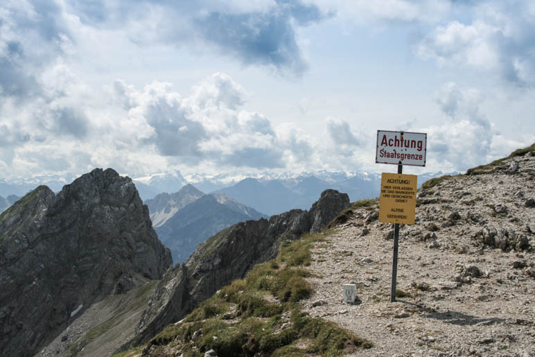 Grenzstein und Grenzschild an der Karwendelgrube oberhalb von Mittenwald