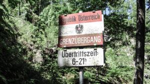 Grenzschild im Wald. Auf dem Schmugglerweg zum Klobenstein. Chiemgauer Alpen