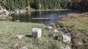 Der Taubensee, durch den die Grenze veläuft. Links vom Grenzstein liegt Bayern, rechts Tirol. Chiemgauer Alpen