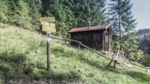 Auf dem Weg von der Taubenseehütte zum Taubensee passiert man das alte Zollhäuschen am Abzweig zum Kroatensteig. Chiemgauer Alpen