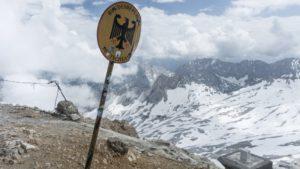 Grenzschild und Grenzstein auf der Zugspitze. Ein österreichisches Schild steht hier übrigens nicht. Wettersteingebirge