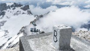 Einer der Grenzsteine auf der Zugspitze. Hier von der bayerischen Seite aus gesehen. Wettersteingebirge