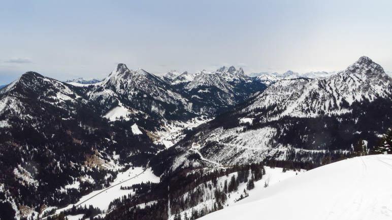 Grandios: Der Blick vom Gipfel des Schönkahler zurück ins Tannheimer Tal