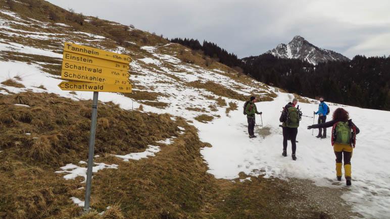 Beim Start der Wanderung am Zugspitzblick liegt noch nicht allzu viel Schnee