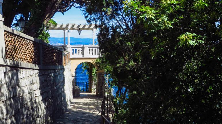 Ein Durchgang unter einer Terrasse,die zu einer alten Villa mit riesigem Garten gehört
