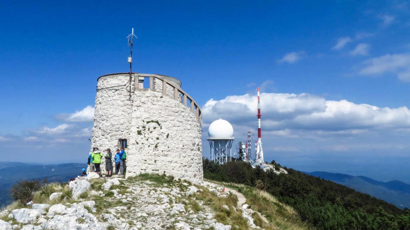 Der Turm auf dem Gipfel des Vojak in Istrien auf 1401 Metern Höhe