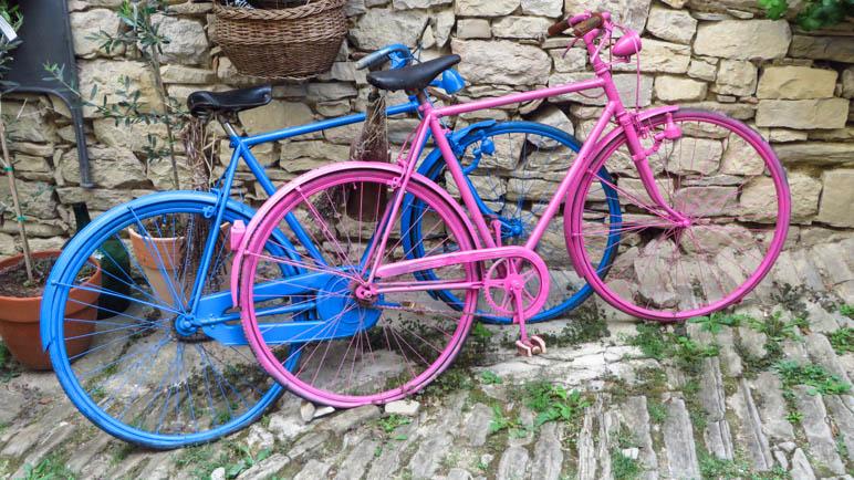Fahrräder braucht man in Hum eher nicht, zu Fuß ist man schnell genug unterwegs