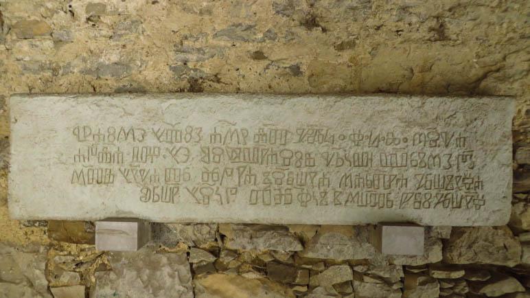 Im Inneren des Stadttores sehen wir Steintafeln mit der Glagoljica-Schrift