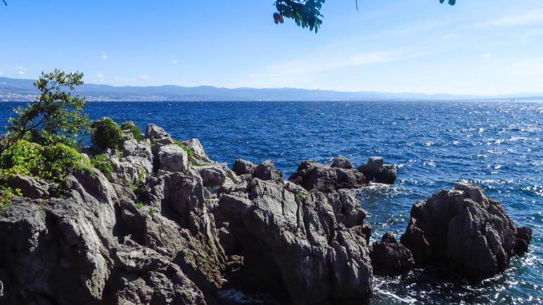 Große Felsen, direkt am Ufer bei Lovran
