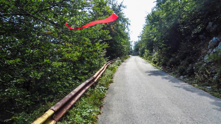 Die letzten Minuten führt der Weg über die Straße hinauf zum Gipfel