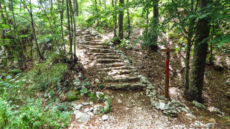 Grobe Treppen auf dem Weg