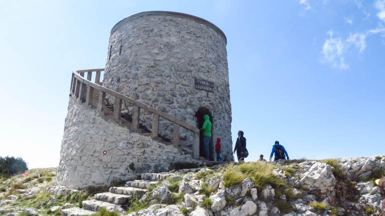 Der Turm, der auf dem Gipfel des Vojak steht, wurde 1911 errichtet