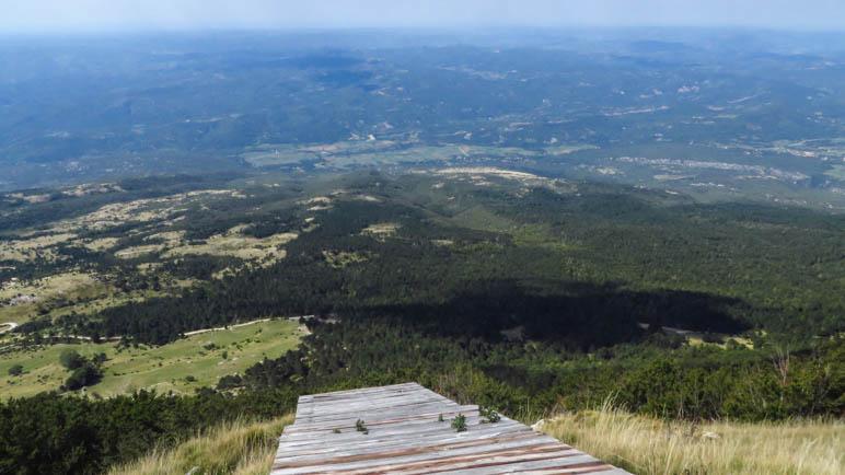 Steil in die Tiefe: Die Startrampe der Paraglider auf dem Vojak.-Gipfel