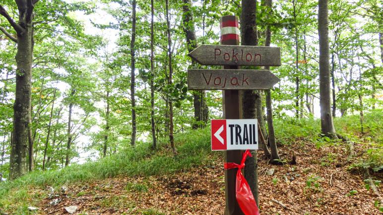 Ein Wegweiser am Abzweig zum Lehrpfad, mit dem Zusatzwegweiser zum Učka-Trail