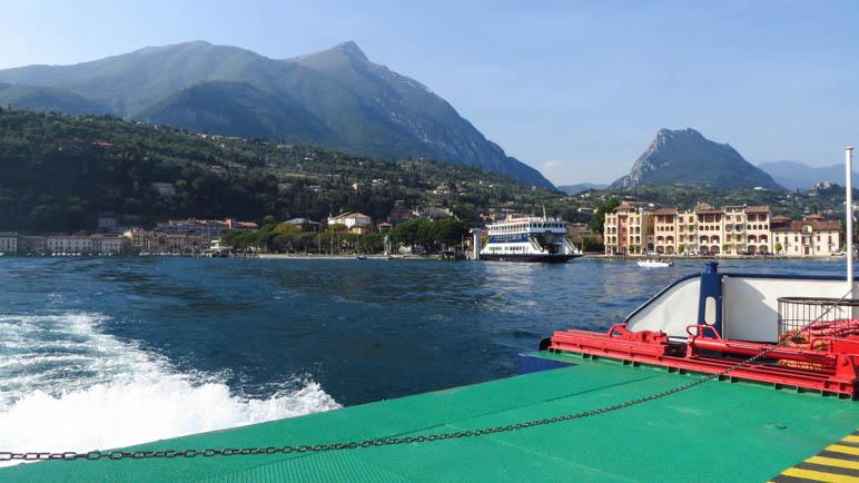 Ein Blick zurück vom Schiff auf Toscolano-Maderno
