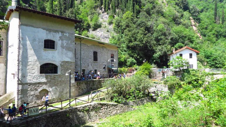 Am Museo della Carta mit seinem schönen Garten