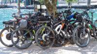 Eine Menge Mountainbikes am Hafen in Riva del Garda