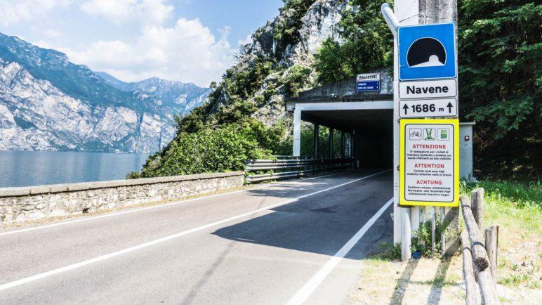 Hiweisschild auf die Warnwestenpflicht am Tunnelportal Navene, von Malcesine in Richtung Torbole